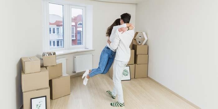 Couple heureux qui déménage