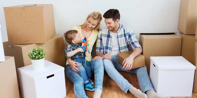 Une famille et des cartons de déménagement
