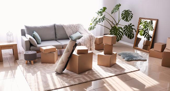 Affaires et cartons prêts pour le déménagement